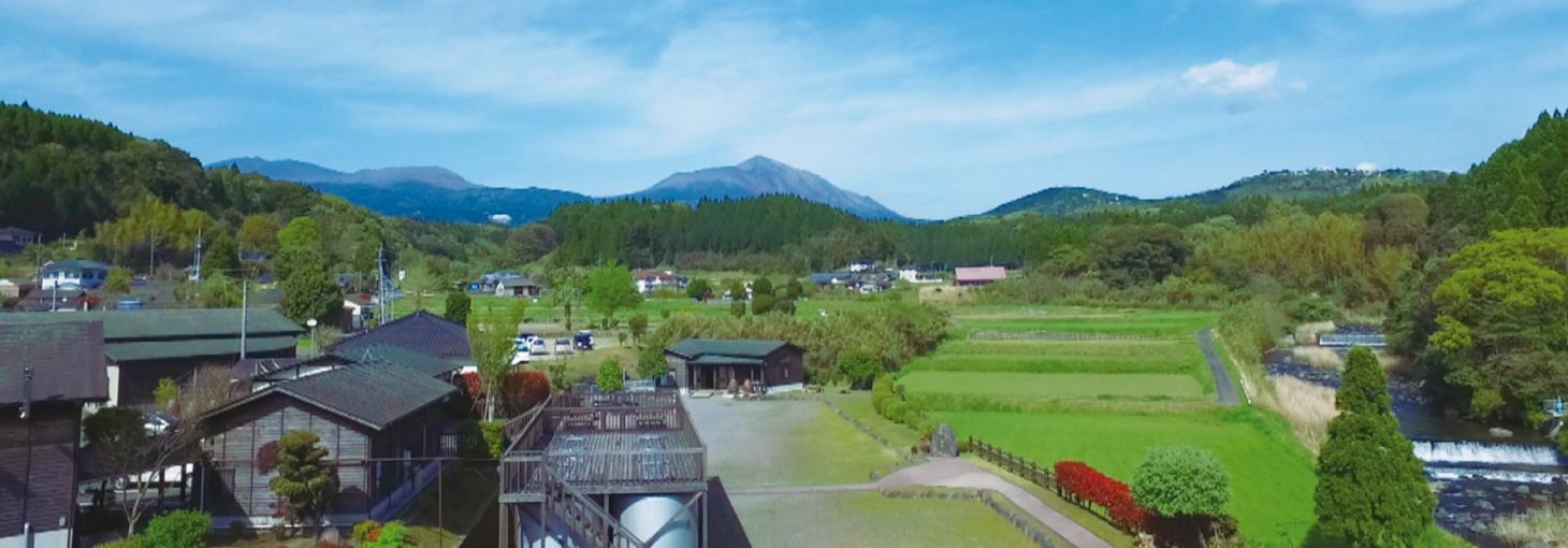 明るい農村の風景